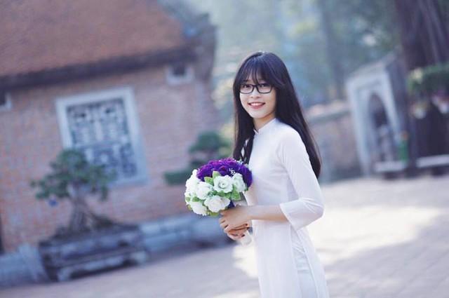 Không chỉ có gương mặt xinh đẹp, trong suốt 12 năm học phổ thông, người đẹp luôn là học sinh giỏi. Cô từng đạt một số thành tích như: Giải Nhì cuộc thi Tìm hiểu và làm theo tấm gương đạo đức Hồ Chí Minh cấp quận 2014, Giải Ba cuộc thi Tài năng pháp luật cấp thành phố 2015, Giải Nhất Sinh viên thanh lịch ĐH Kinh tế quốc dân 2017, Giải Nhất Gương mặt trang bìa báo Sinh viên Việt Nam. Điểm thi THPT Quốc gia 3 môn của Bùi Phương Nga là 22,5 điểm.