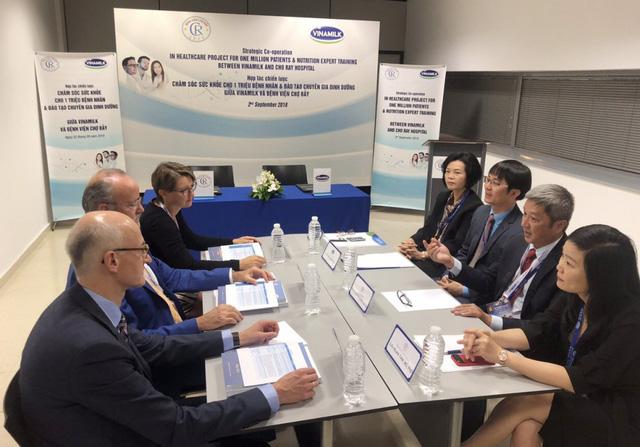 Đại diện lãnh đạo Bệnh viện Chợ Rẫy và Vinamilk cùng các Giáo sư đến từ Bệnh viện đại học Geneva trao đổi về lĩnh vực dinh dưỡng lâm sàng trong khuôn khổ buổi ký kết