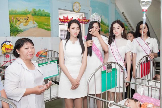 Hoa hậu Việt Nam 2018 không kìm nổi nước mắt trước những cảnh đời bất hạnh