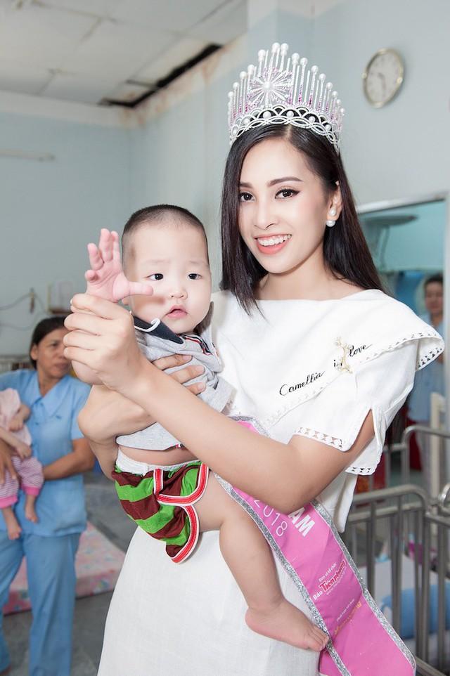 Hoa hậu Trần Tiểu Vy âu yếm bế một em bé tại Trung tâm