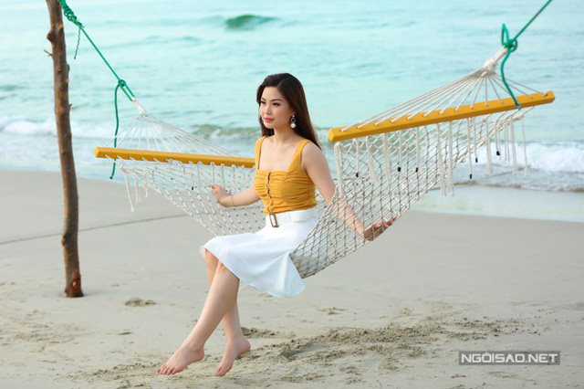 Cô được đánh giá là một trong những người đẹp tri thức khi tốt nghiệp Đại học Quốc tế (thuộc Đại học Quốc gia TP HCM), tiếng Anh lưu loát, tham gia tàu Thanh niên Đông Nam Á 2013...