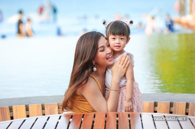 Ở nhà, Diễm Trang thường đóng vai ác, nghiêm khắc với con gái. Riêng bố hay nuông chiều, chơi đùa nên Julia thường nũng nịu với bố nhiều hơn.
