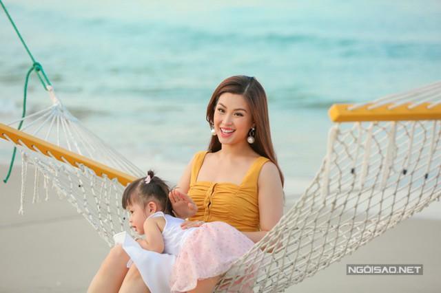 Thời gian qua, Diễm Trang trở lại công việc MC với nhiều chương trình, sự kiện lớn khiến cô hay phải xa nhà. Mỗi khi đi công tác lâu, cô đều nhờ bà ngoại đến nhà trông cháu hộ.