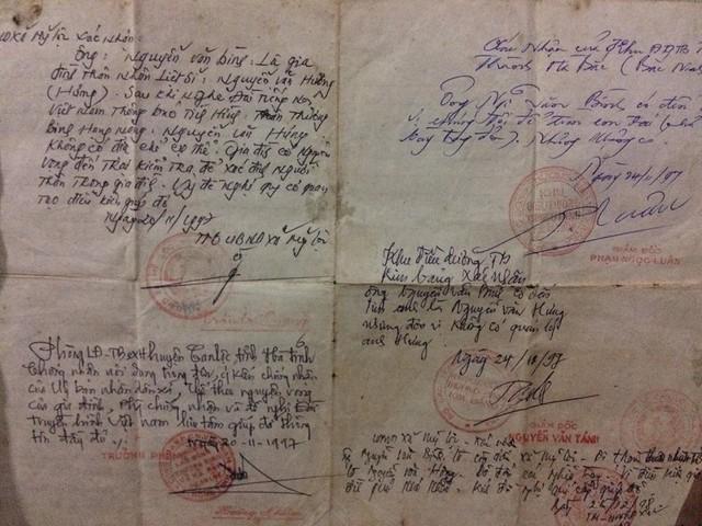 Giấy tờ xác nhận cũ của những ngày gia đình vào Quảng Trị tìm hài cốt liệt sĩ Nguyễn Văn Hưng.