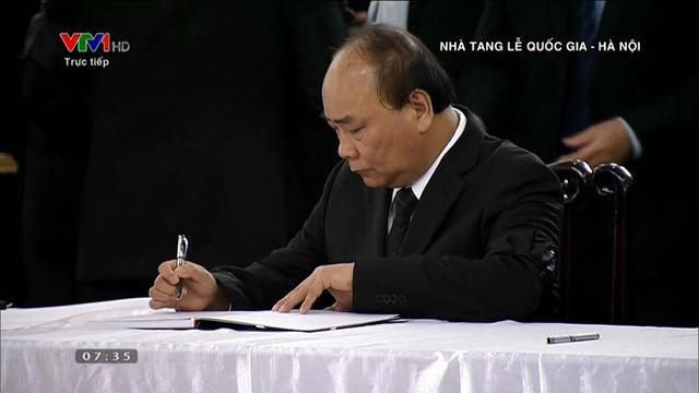 Thủ tướng Nguyễn Xuân Phúc ghi sổ tang