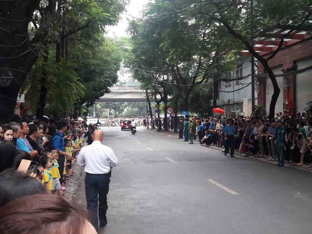 Nhân dân hai bên đường chờ đoàn xe để tiễn đưa Chủ tịch nước Trần Đại Quang