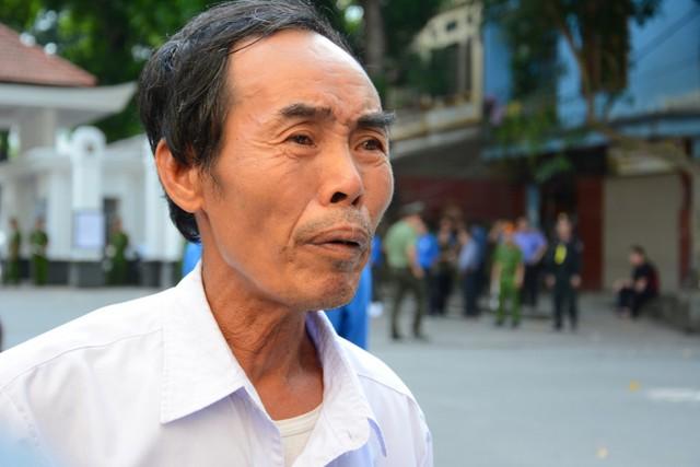 Bác Vũ Hữu Hiệu (62 tuổi, quê Hải Dương) dậy từ 5h sáng đi xe buýt từ Hải Dương lên Hà Nội để viếng Chủ tịch nước Trần Đại Quang.