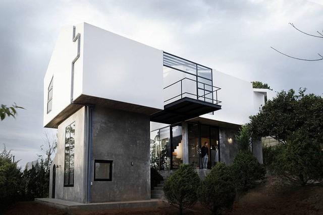 Ngôi nhà tọa lạc trên một mảnh đất đặc biệt và nằm trên một mảnh đất không bằng phẳng