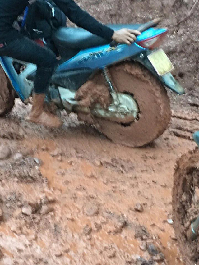 Bánh xe máy được bọc kín bởi bùn đất