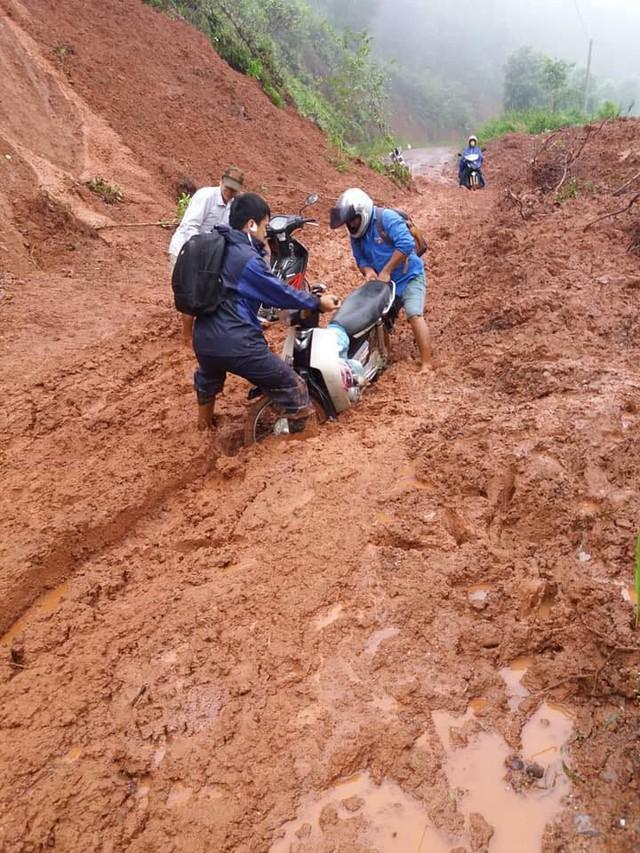 Con đường dường như không thể đi nhưng vẫn không cản được bước chân của các thầy cô đến với học trò.