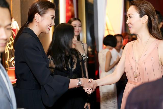 Diễn viên Phạm Văn Phương cùng ông xã Lý Minh Thuận là khách mời đặc biệt trong sự kiện ở Việt Nam. Thanh Hằng vui vẻ bắt tay ngôi sao nổi tiếng châu Á.