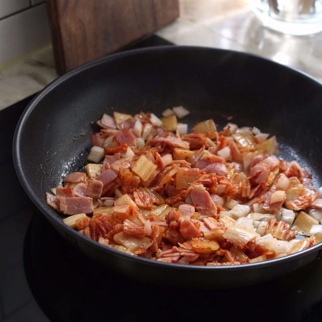 Chỉ 30 phút có ngay bát cơm chiên kim chi nóng hổi, đủ chất cho bữa trưa Bước 2