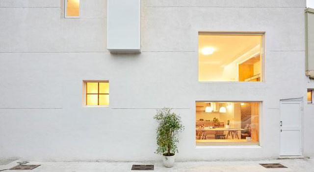Chủ nhân của ngôi nhà muốn tận dụng được nguồn sáng tự nhiên nhiều nhất có thể để không gian sống luôn sáng và thoáng.