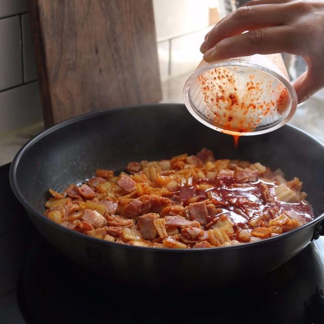 Chỉ 30 phút có ngay bát cơm chiên kim chi nóng hổi, đủ chất cho bữa trưa Bước 3