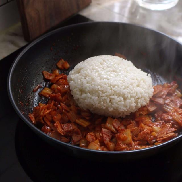Chỉ 30 phút có ngay bát cơm chiên kim chi nóng hổi, đủ chất cho bữa trưa buoc 4