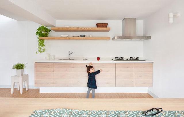 Căn bếp nhỏ gọn gàng luôn ngập tràn ánh sáng nhờ khung cửa sổ lớn này.