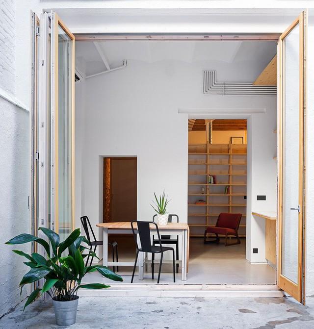 Khu vực ăn uống nhỏ bên trong căn hộ Barcelona với một chiếc bàn độc đáo và 3 chiếc ghế.