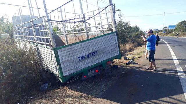 Chiếc xe tải bị gãy trục gây tai nạn khiến 3 chị em tử vong. Ảnh: Triệu Thanh