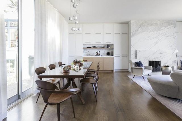 Những bộ bàn ăn theo phong cách tối giản nhìn có vẻ thanh thoát hơn rất nhiều, nhờ thế mà không khiến người dùng cảm thấy phòng ăn trở nên chật chội.