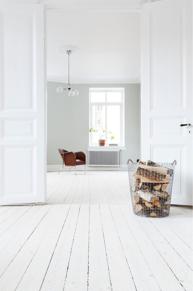 2. Giỏ kim loại đựng gỗ đặt ở một góc phòng không chỉ giúp mọi người cảm nhận về một mùa thu đi, mùa đông đang đến gần mà còn chuẩn bị cho một không gian phảng phất phong cách Bắc Âu, dịu dàng và hiện đại.