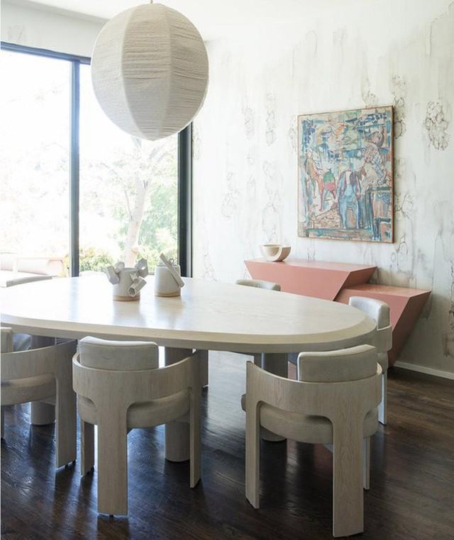 Bạn có thể cảm thấy được rằng khoảng cách giữa các thành viên trong gia đình gần gũi hơn khi sử dụng những bộ bàn ăn thiết kế theo hướng tối giản.