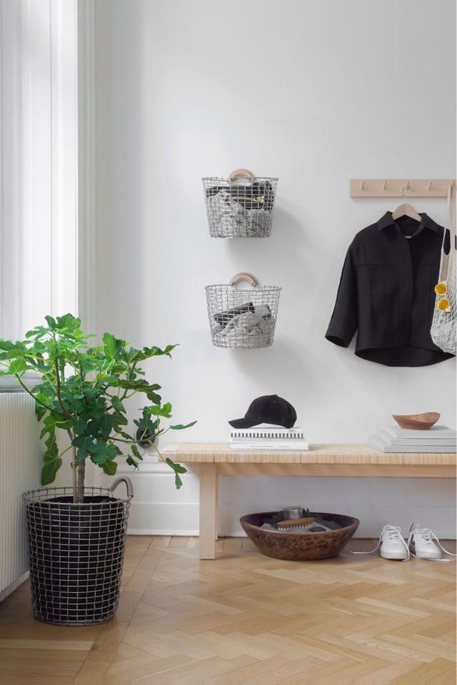 Những chiếc giỏ inox có thể được treo lên tường, vô cùng xinh xắn và gọn gàng, đóng vai trò lưu trữ vô số đồ đạc cho một khoảng không gian chức năng nào đó trong tổ ấm của bạn.
