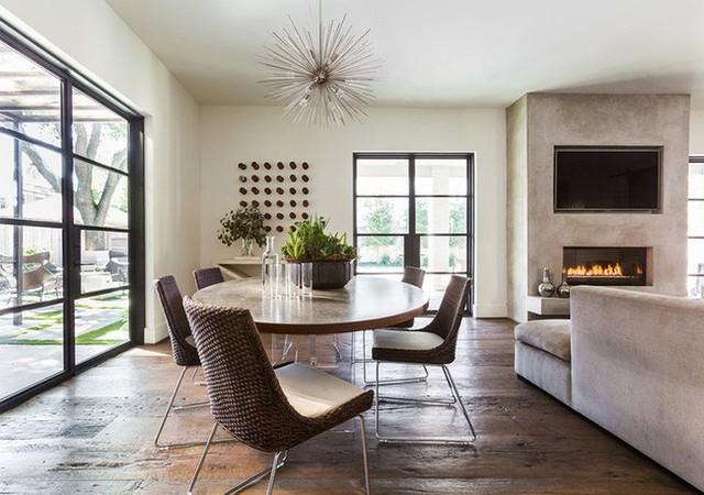 Nếu bạn sợ những bộ bàn ăn thiết kế theo lối tối giản đơn điệu thì có thể dùng phụ kiện để trang trí thêm.