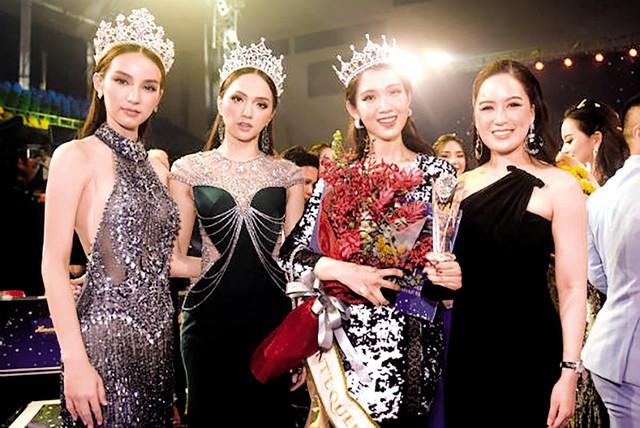 Nhật Hà (thứ hai từ phải sang) chụp ảnh cùng Hoa hậu Chuyển giới Quốc tế 2018 Hương Giang và Á hậu Chuyển giới Quốc tế Yoshi Rinrada Thurapan.