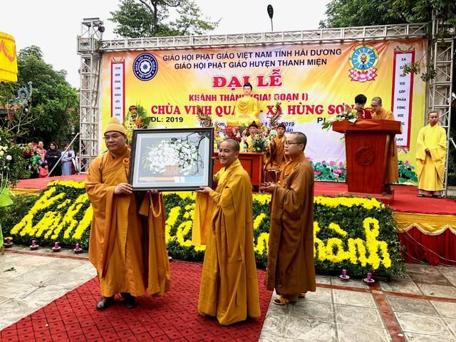 Đại diện Giáo hội Phật giáo Việt Nam tỉnh Hải Dương chúc mừng chùa Vinh Quang