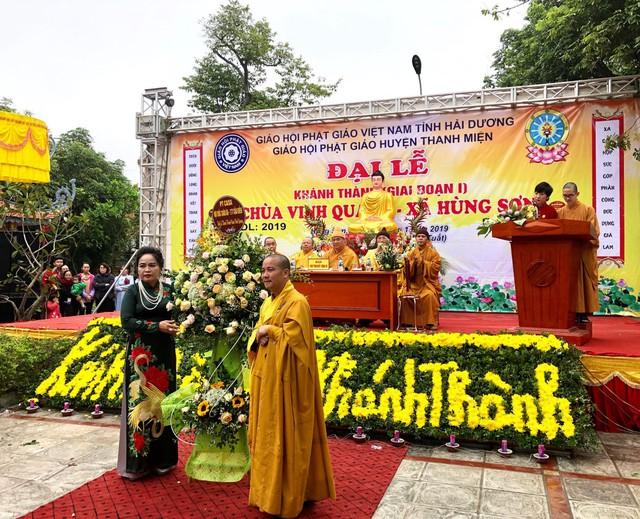 Bà Nguyễn Thị Phương- Tổng giám đốc Nội thất châu Âu PT Casa chúc mừng lễ khánh thành tu bổ, tôn tạo chùa Vinh Quang