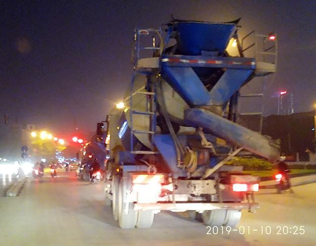 Lúc 20h25 ngày 10/1 chiếc xe bồn chở bê tông tươi trên thân xe có ghi dòng chữ và logo của doanh nghiệp bê tông Shinsung Vina.