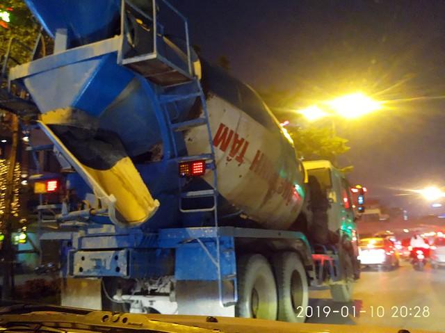 Lúc 20h28 ngày 10/1 tại khu vực đường Nguyễn Khánh Toàn, chiếc xe bồn chở bê tông tươi có dán nhãn bê tông Minh Tâm chạy rẽ đất.