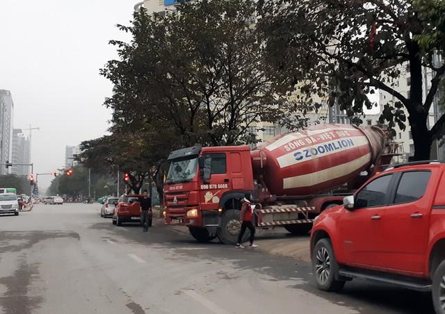 Trong khi đó, ghi nhận của phóng viên lúc 16h30 ngày 10/1 tại khu vực đường Thành Thái các xe bồn của đơn vị này đứng xếp hàng chờ đổ.