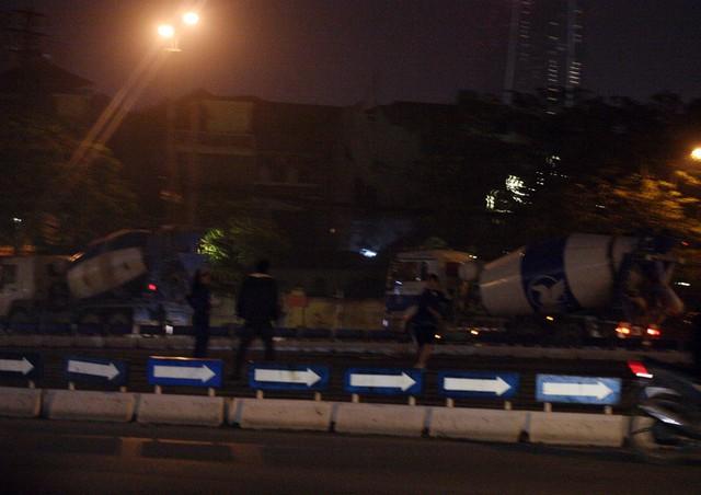 Tại vòng xuyến đoạn gần Chùa Hà, những phương tiện xe bê tông có trọng tải lớn chạy tốc độ cao lúc hơn 20h tối.