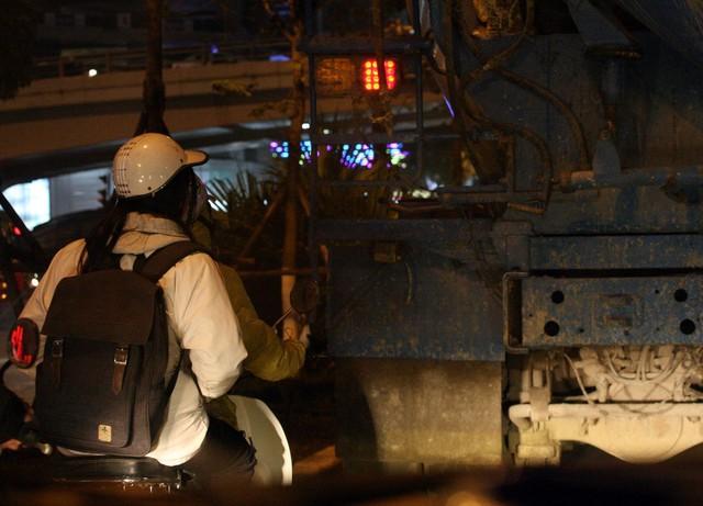 Tại một nút giao có nhiều phương tiện ô tô, xe máy di chuyển chiếc xe bồn này tiếp tục nằm chình ình giữa ngã ba ngã tư đông đúc người dân mỗi khi dừng đèn đỏ.