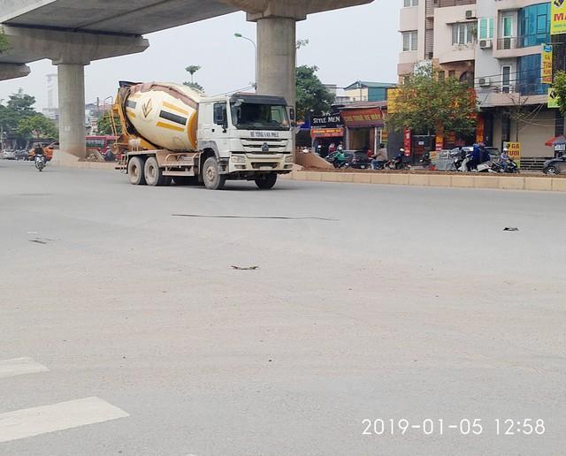 Vào hồi gần 13h chiều ngày 5/1, chiếc xe bồn chở bê tông có gắn chữ Bê tông Vạn Phúc cũng chạy qua khu vực KCN Từ Liêm.