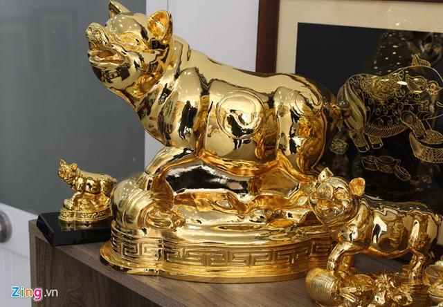 Heo mạ vàng 24K giá từ vài triệu đến vài chục triệu đồng làm quà tặng dịp Tết đang đắt hàng tại TP.HCM. Ảnh: Phúc Minh.