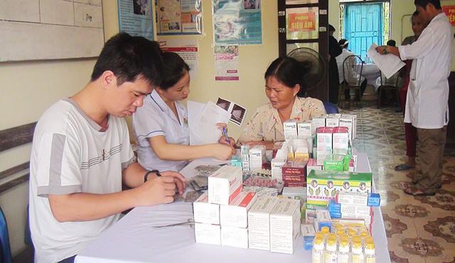 Viện Quân y 7 (Quân khu 3) phối hợp với Tổng cục DS-KHHGĐ (Bộ Y tế) tư vấn, khám sức khỏe cho người dân huyện Vân Đồn. Ảnh: Mai Duyên