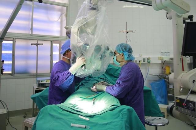 Bác sĩ Trung tâm Nam học (Bệnh viện Việt Đức) đang phẫu thuật cho một bệnh nhân mắc bệnh xoắn tinh hoàn. Ảnh BVCC