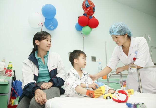 Tích cực chăm sóc bệnh nhi tại khoa Hồi sức cấp cứu, Bệnh viện Nhi Trung ương. Ảnh: Chí Cường
