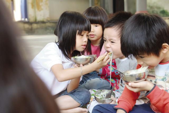 """Đứa lớn chăm sóc đứa bé, đó là quy tắc sư thầy Thích Việt Hoà đã """"mặc định"""" với các con. Ảnh: B.L"""