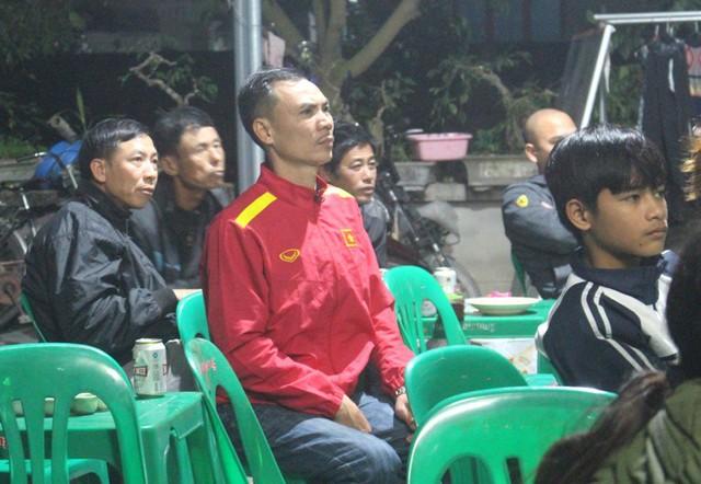 Ông Phạm Duy Đông - bố cầu thủ Đức Huy lo lắng suốt trận tứ kết của đội tuyển Việt Nam tối qua. Ảnh: Đ.Tùy