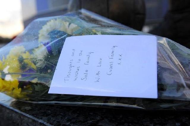 người hâm mộ cầu nguyện cho máy bay mất tích. (Ảnh: Reuters)