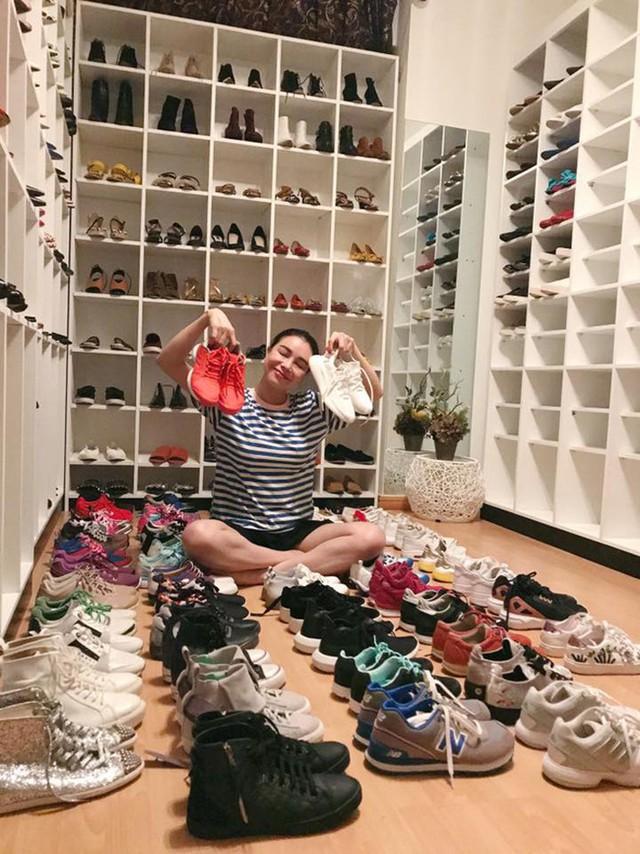 Trong nhà riêng, cô sở hữu căn phòng chứa đầy hàng hiệu. Bà mẹ 9X có sở thích sưu tập túi xách và giày dép hàng hiệu.