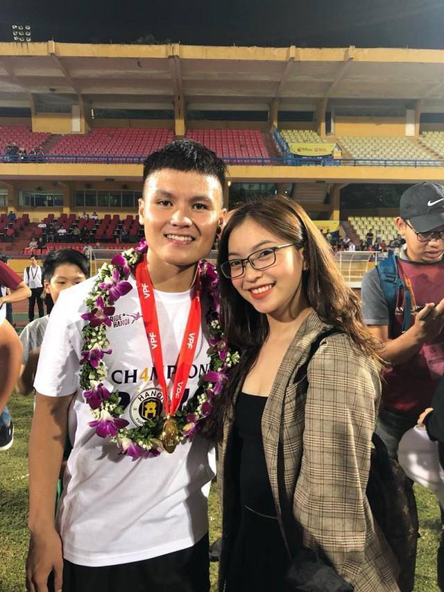 Nhật Lê chụp ảnh cùng bạn trai Quang Hải khi anh vinh dự nhận giải thưởng.