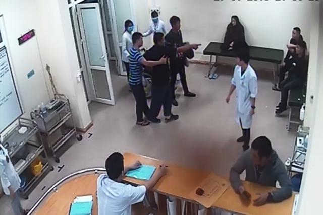 2 nhóm thanh niên xô xát đánh nhau ngay tại khoa Cấp cứu của bệnh viện. Ảnh: Cắt từ clip