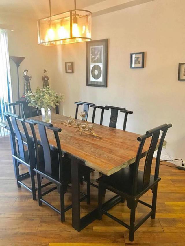 Phòng ăn cũng được thiết kế khá giản dị, với bộ bàn ghế gỗ là điểm nhấn ấn tượng.