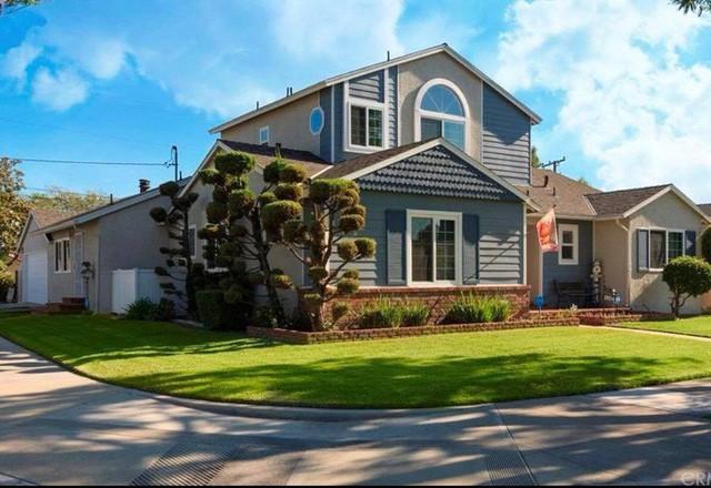 Phía trước nhà có cây cổ thụ che bóng mát, tạo không gian thoáng đãng cho căn nhà.
