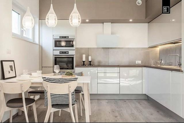 Không gian phòng bếp & ăn với gam màu trắng chủ đạo.