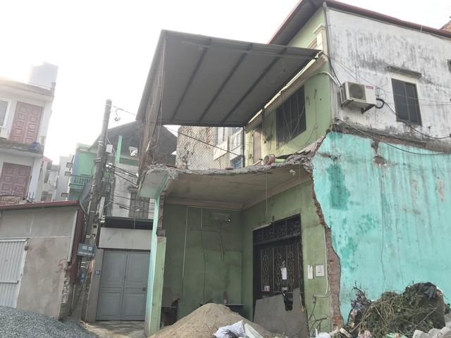 Có những ngôi nhà còn đang trong giai đoạn phá dỡ.